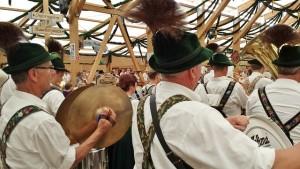 Deftiges Essen, zünftige Feste und Blasmusik gehören in Bayern und München dazu