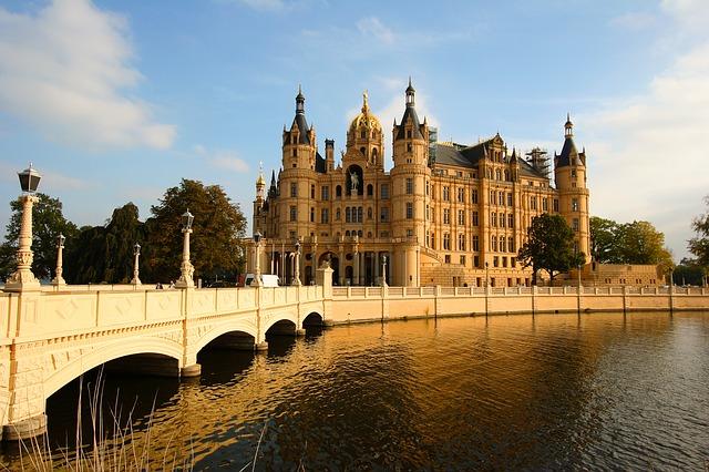 Das Schweriner Schloss liegt idyllisch auf der Schlossinsel inmitten des Schweriner Sees