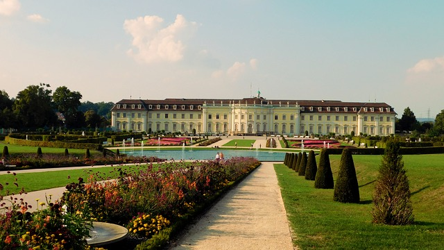 In den Gärten des Residenzschlosses kann das Blühende Barock, eine wunderschöne Dauergartenschau, bestaunt werden