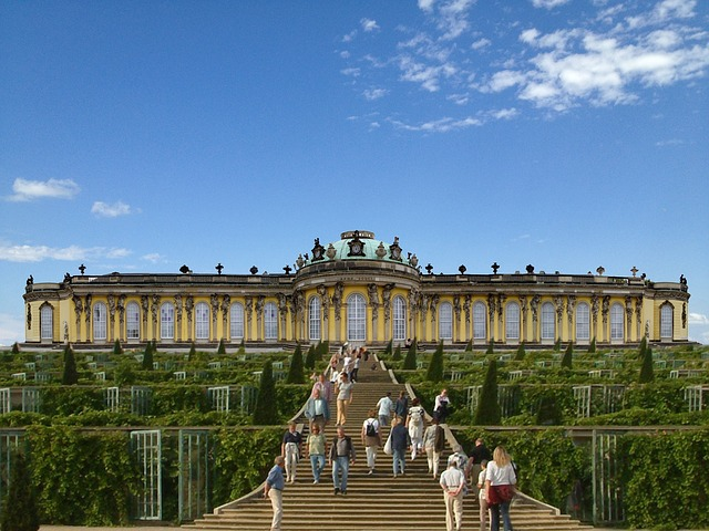 Schloss Sanssouci wurde im Stil des Rokoko erbaut und besitzt eine ausgedehnte Parkanlage