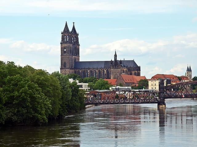 Die Elbe gliedert Magdeburg in zwei große Teile auf, die durch zahlreiche Brücken miteinander verbunden sind