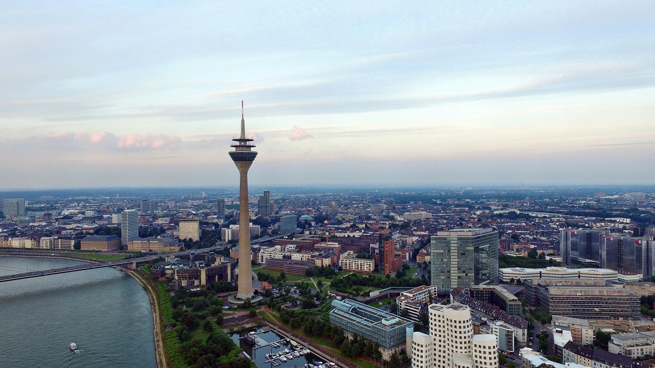 Quelle: https://pixabay.com/de/d%C3%BCsseldorf-skyline-wolken-rhein-1661105/