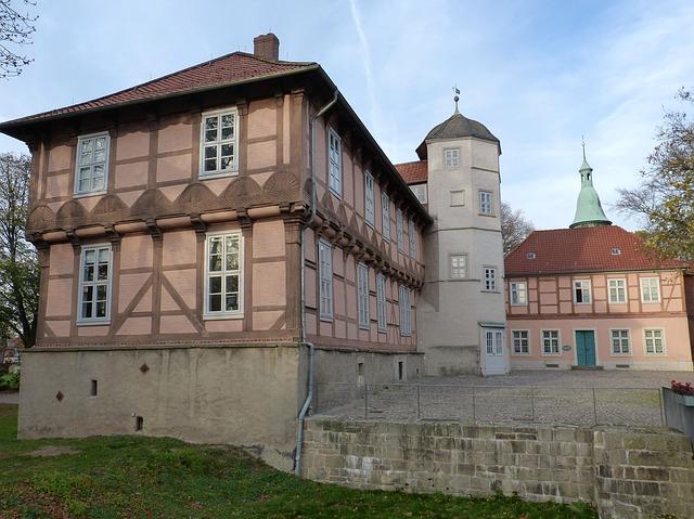 Das Schloss Fallersleben wurde im 16. Jahrhundert fertiggestellt und beheimatet das Hoffmann-von-Fallersleben-Museum