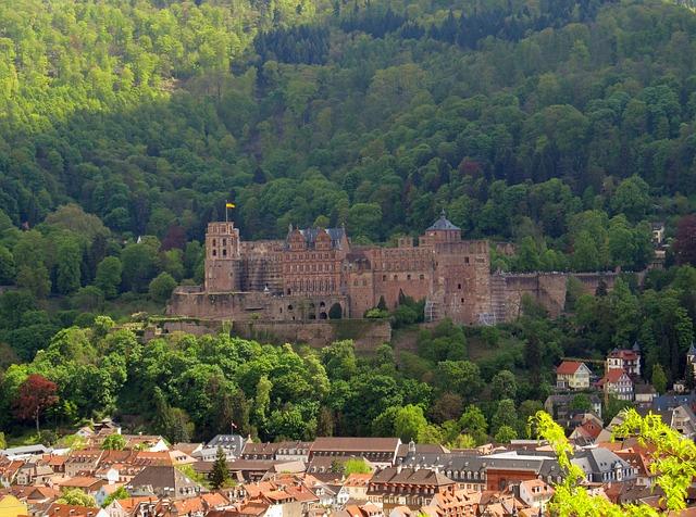 Prägend für die barocke Altstadt ist das auf einer Anhöhe gelegene Heidelberger Schloss