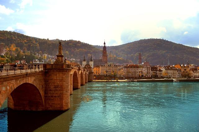 Die Alte Brücke verbindet die Altstadt Heidelbergs mit dem Stadtteil Neuenheim