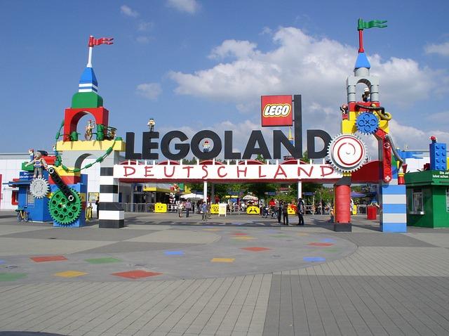 Der 140 Hektar große Freizeitpark bietet Miniatur-Legolandschaften und zahlreiche Themenwelten mit Spielattraktionen