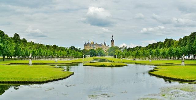 Ein Dutzend Seen befinden sich auf dem Schweriner Stadtgebiet, häufig sind die Ufer von ausgedehnten Parkanlagen gesäumt