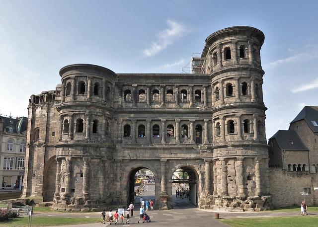 Die Porta Nigra ist eines von mehreren römischen Baudenkmälern in Trier, die seit 1986 zum UNESCO-Weltkulturerbe zählen